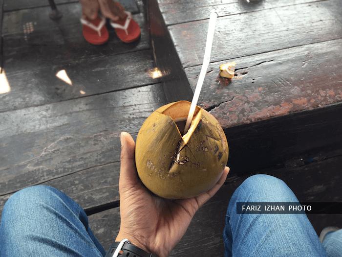 minum-air-kelapa-atas-kapal-sungai-mekong-vietnam